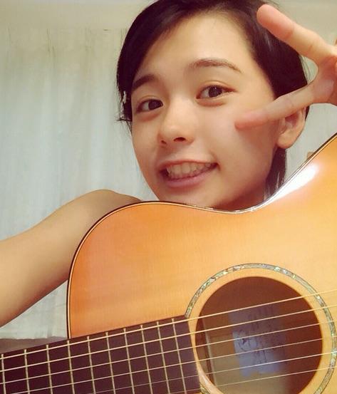 足立佳奈のすっぴん画像。ギターと一緒に