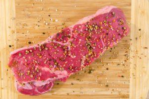 足のむくみの原因3.塩分過多・タンパク質不足