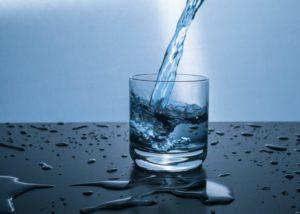 足のむくみの原因2.水分不足・過剰摂取